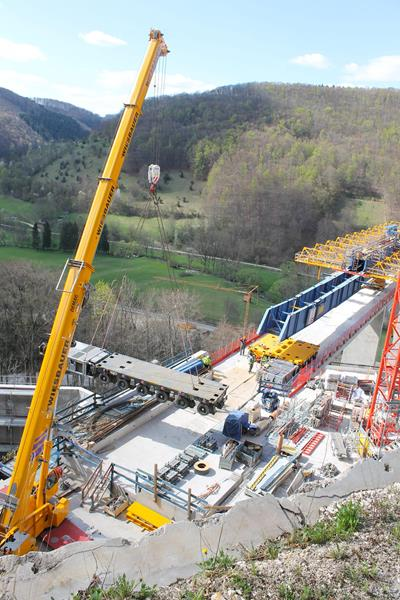 Lifting of the 6-axle self-propelled modular trailers MSPE from Krebs with the crane on the Ulm side